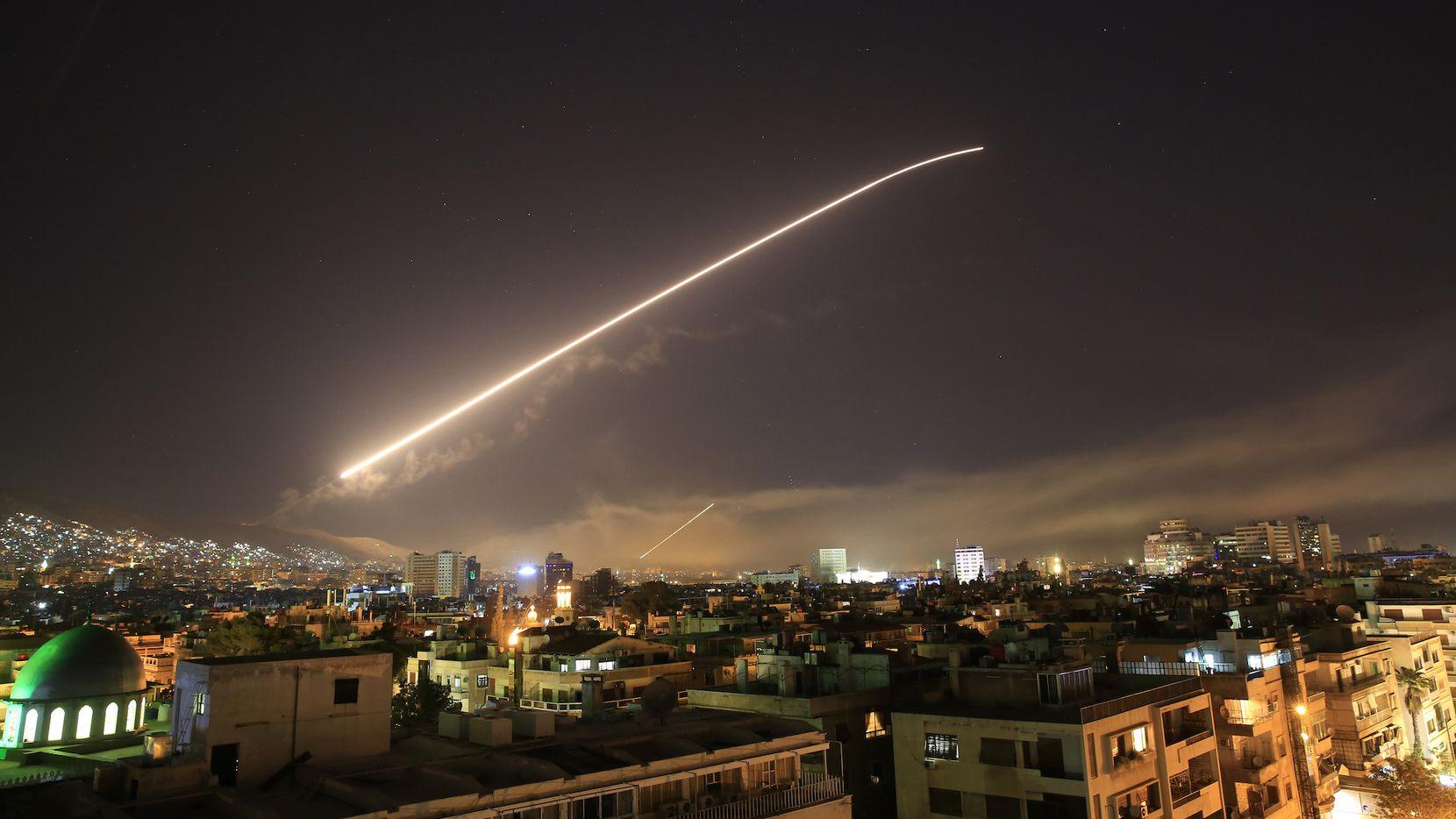 Damasco, la capital de Siria es iluminada por el ataque de misiles lanzados por la coalición de Estados Unidos, Gran Bretaña y Francia. AP