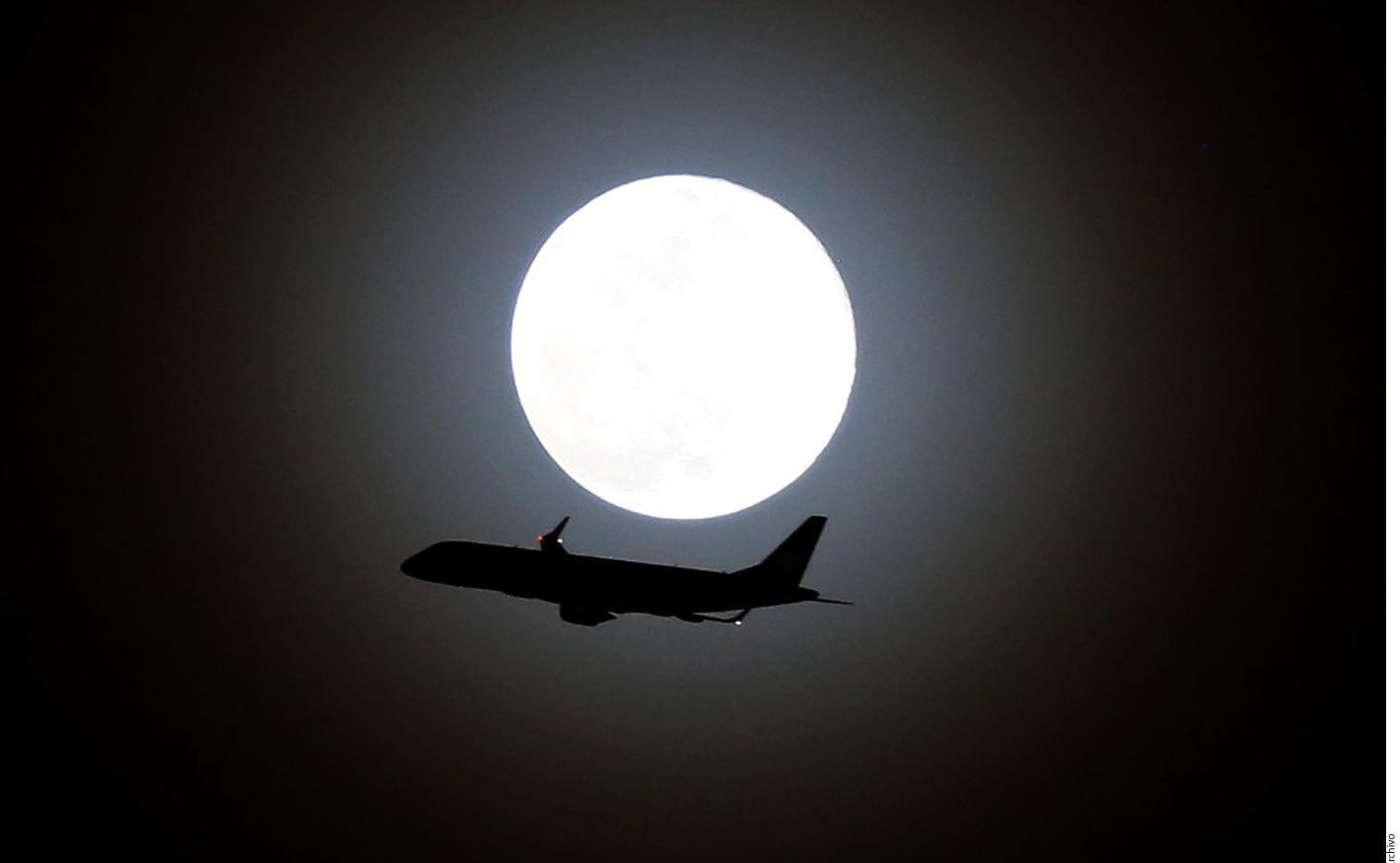 La agencia ApoteoSurprise, especializada en la organización de propuestas de matrimonio extravagantes, lanza el servicio de volar sobre la superficie lunar por 145 millones de dólares; los príncipes azules del siglo 21 podrán pedir la mano de su amada mientras vuelan alrededor de la Luna. (AGENCIA REFORMA)