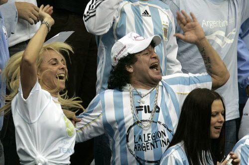 Foto de archivo de diciembre de 2006 donde se ve a Diego Maradona junto a su ex esposa, Claudia Villafane. (AP Photo/Ivan Sekretarev, File)