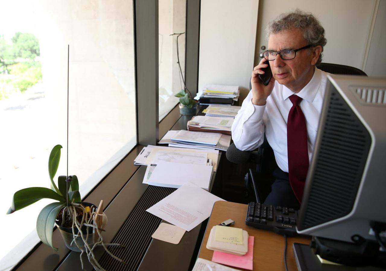 El administrador de la ciudad A.C. González toma una llamada en su oficina luego de anunciar su renuncia a su puesto. (DMN/ROSE BACA)