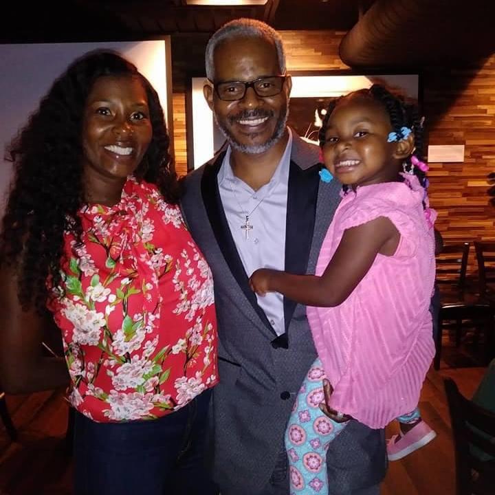 Richard Miles (centro), recibe una indemnización por una condena injusta de 15 años por un crimen que no cometió. Lo acompaña su mujer, LaToya y su hija, Raelyn. RICHARD MILES/CORTESÍA