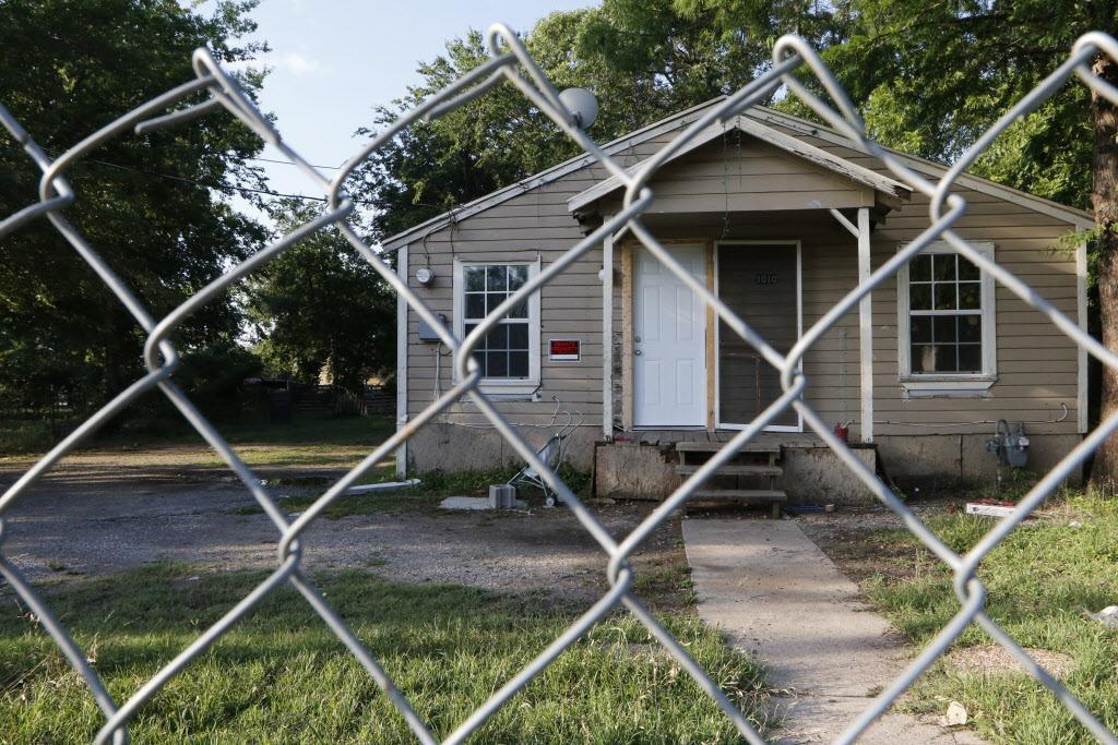 Las casas de HMK, en West Dallas, son un símbolo dela crisis de vivienda en la ciudad. (DMN/DAVID WOO)