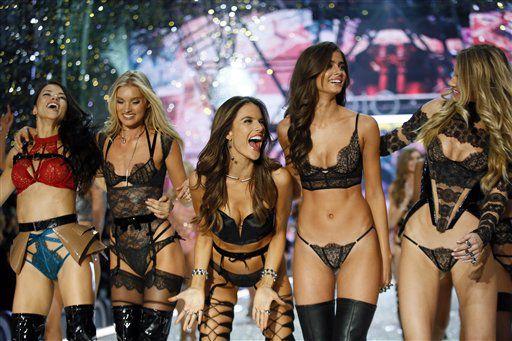 De izquierda a derecha, las modelos Adriana Lima, Lily Donaldson, Alessandra Ambrosio, Taylor Hill y Martha Hunt agradecen los aplausos durante el desfile de Victoria's Secret en el Grand Palais de París, el miércoles 30 de noviembre de 2016.AP