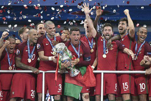El portugués Cristiano Ronaldo sostiene el trofeo tras ganar la Eurocopa de 2016 entre Portugal y Francia en el Estadio de Francia en Saint-Denis, al norte de París, el domingo 10 de julio de 2016. (AP Foto/Martin Meissner)