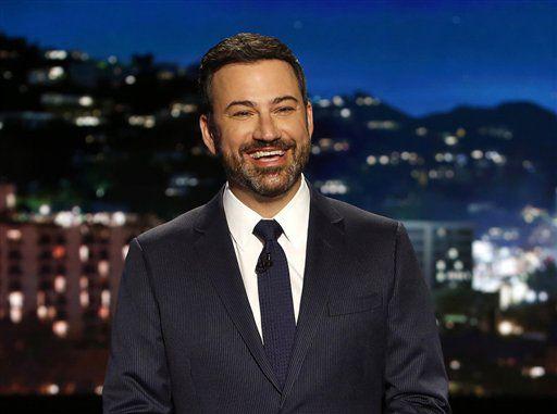 """En esta foto del 11 de abril del 2017, el presentador Jimmy Kimmel durante la grabación de su programa """"Jimmy Kimmel Live"""" en Los Angeles. Kimmel dice que su bebé recién nacido está en casa y bien tras una cirugía a corazón abierto. (Randy Holmes/ABC vía AP)"""