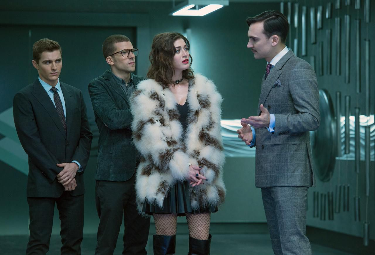 Dave Franco, Jesse Eisenberg, Lizzy Caplan y Henry Lloyd-Hughes en otra escena del filme producido por Summit Entertainment. (AP/Jay Maidment)