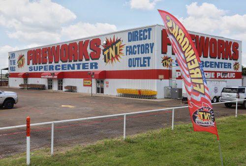 El Fireworks Supercenter de Waxahachie es uno de los pocos lugares donde se puede adquirir fuegos artificiales. Las restricciones son mayores para utilizarlos.  DMN