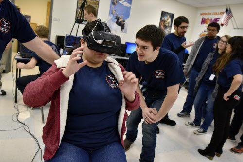 La estudiante Angela Saavedra ensaya el simulador de realidad virtual que le permitirá a los bomberos de Sachse entrenar en una ciudad simulada. Foto: Ben Torres / Especial para Al Día