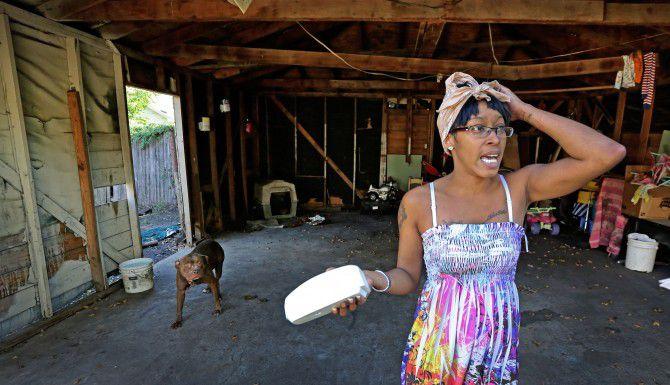 Lacye Crow habla sobre una viga que se quebró en el garaje de la casa que renta de la familia Topletz, y que no ha sido reparada. La ciudad demandó a la familia propietaria de cientos de viviendas y alega que las condiciones son inadecuadas.(LOUIS DeLUCA/DMN)