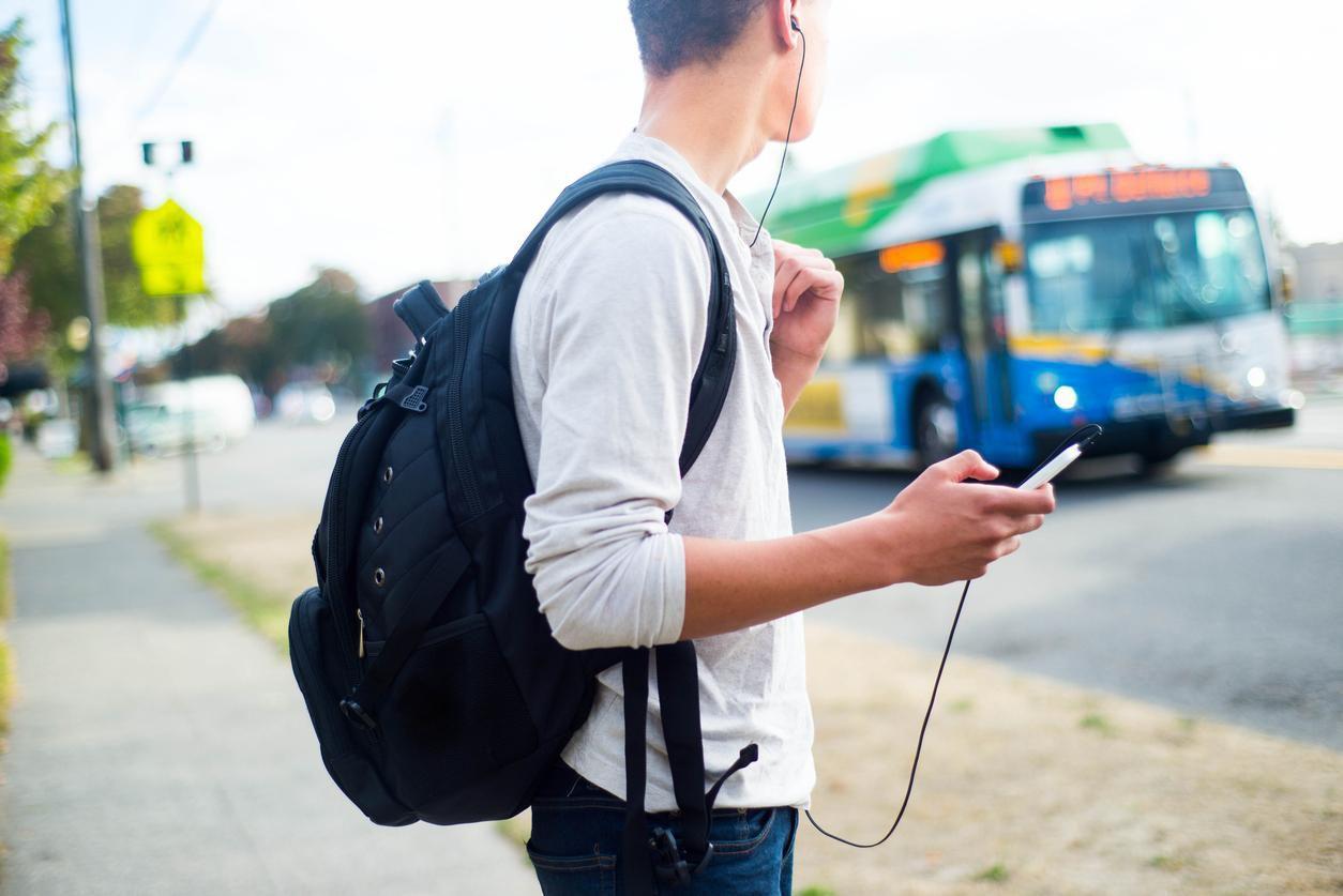 Un jovencito espera la llegada de un camión de transporte colectivo para ir a su escuela.(GETTY IMAGES)