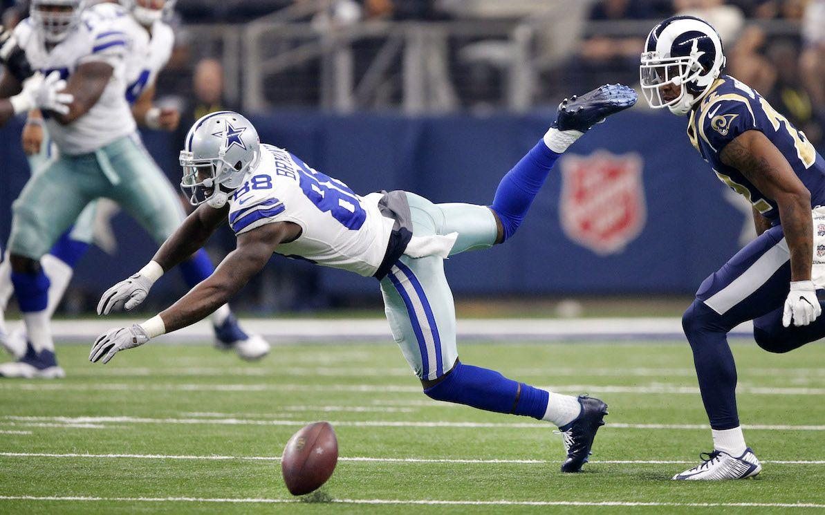 Dez Bryant de Los Cowboys de Dallas soltó el balón en un intento de recepción en el partido ante los Rams de Los Ángeles, el 1 de octubre. (Tom Fox/The Dallas Morning News)