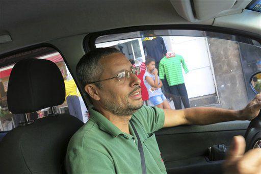 Fabio Freitas, de 37 años, maneja su taxi en Río de Janeiro, Brasil. (PETER PRENGAMAN/AP)