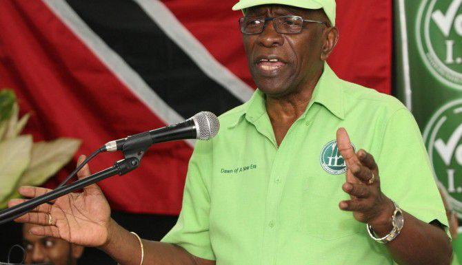 El ex hombre fuerte de la Concacaf Jack Warner enfrenta cargos de asociación ilícita, fraude financiero y lavado de dinero. (AP/ANTHONY HARRIS)
