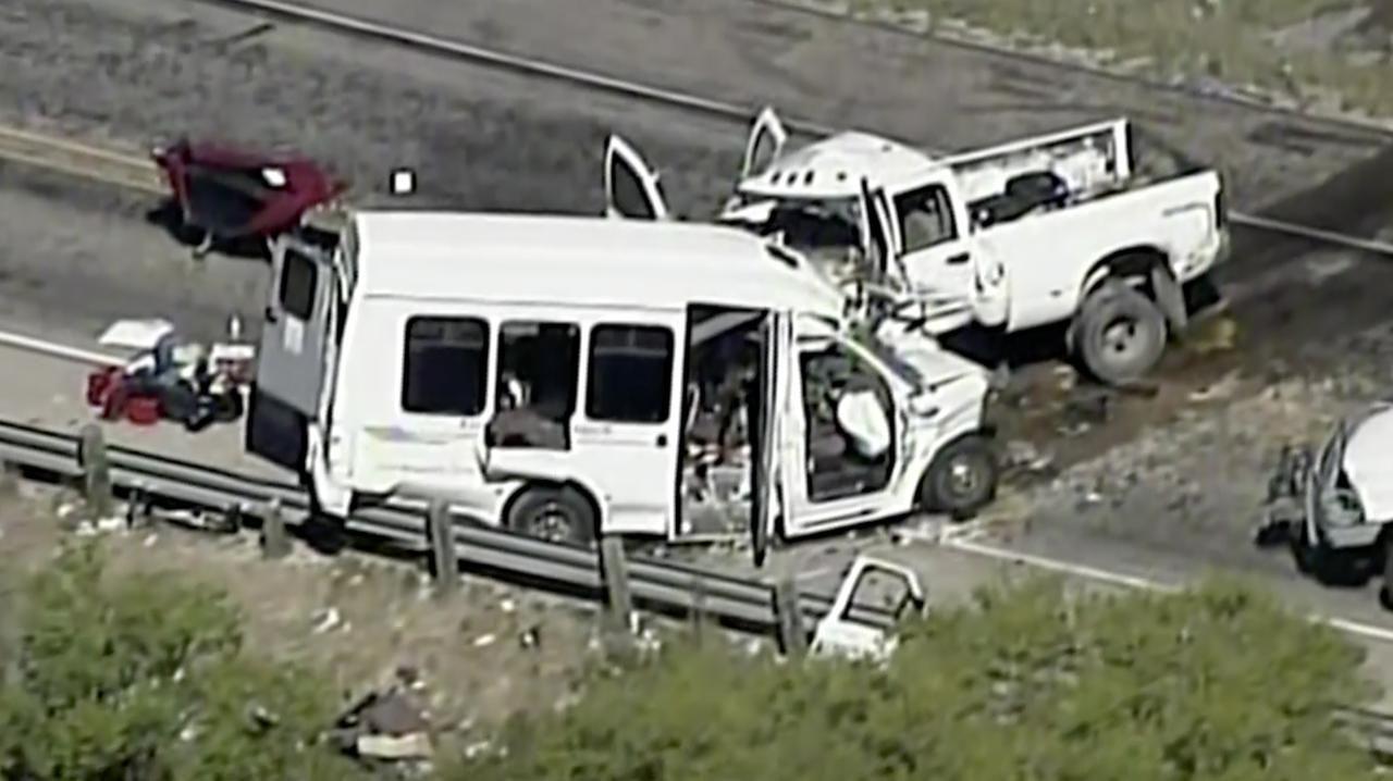 En esta imagen aérea tomada de un video de KABB/WOAI se observa el accidente fatal entre una vagoneta que transportaba miembros de una iglesia y una pickup en la carretera federal 83, a las afueras de Garner State Park en el norte del condado Uvalde, Texas el miércoles 29 de marzo de 2017.(AP)