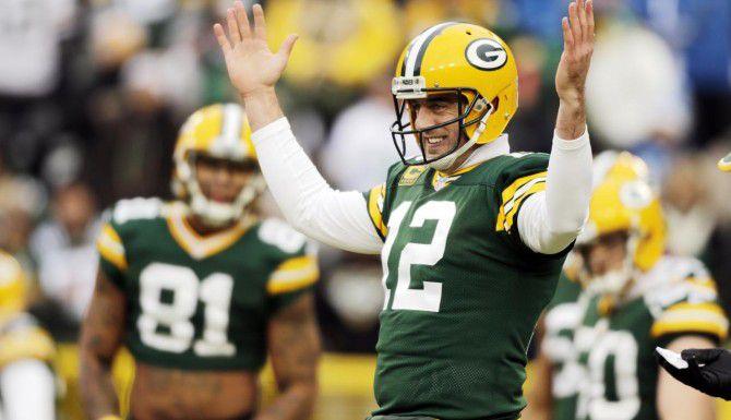El quarterback de los Packers, Aaron Rodgers, se recupera de una lesión en la pantorrilla. (AP/JIM SLOSIAREK)