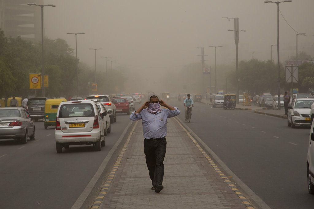 Fotografía de archivo del 2 de mayo de 2018 de un hombre colocándose un pañuelo alrededor de su nariz mientras una tormenta de arena azota la ciudad de Nueva Delhi, India. (AP Foto/Manish Swarup, Archivo)