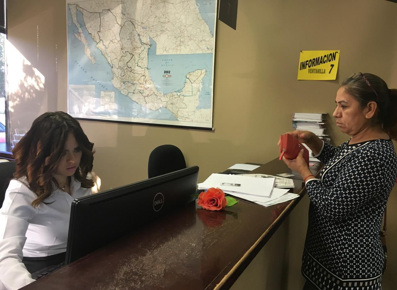 Linda Lozado, la encargada de la ventanilla de Banjército dentro del Consulado General de México en Dallas, ayudó a una cliente a adquirir su permiso de vehículo el año pasado. (AL DÍA/KARINA RAMÍREZ)