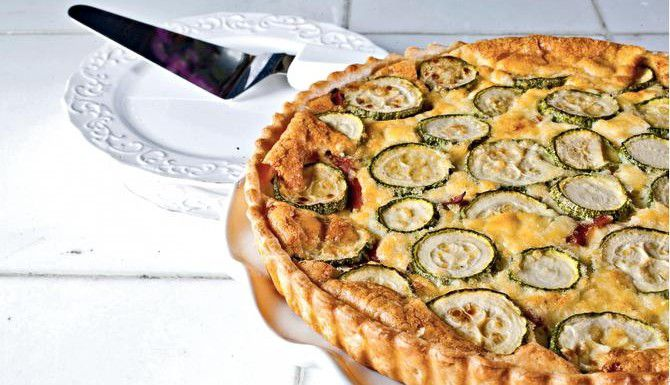 El quiche de calabacita y cebollas es una alternativa a la receta clásica.(AGENCIA REFORMA)