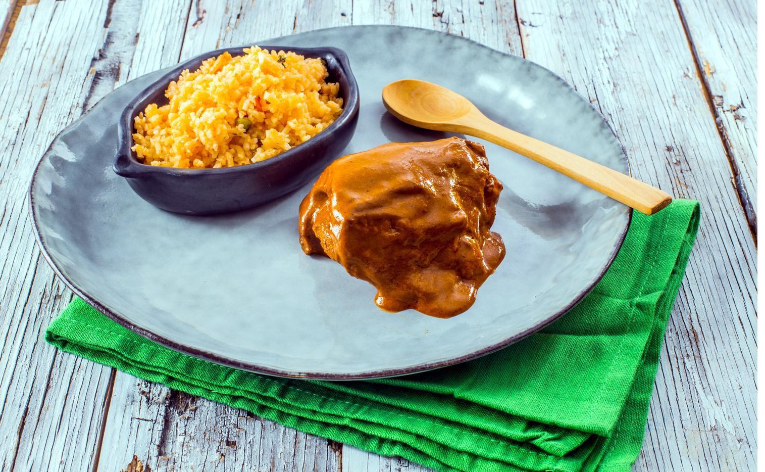 Presentación del platillo de muslos de pollo en salsa de nuez.(AGENCIA REFORMA)