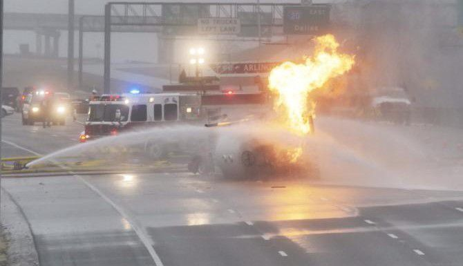 El incendio de un camión que transportaba gas propano provocó la evacuación de algunas viviendas a lo largo de la Interestatal 20 el viernes en el sur de Arlington. (DMN/RON BASELICE)