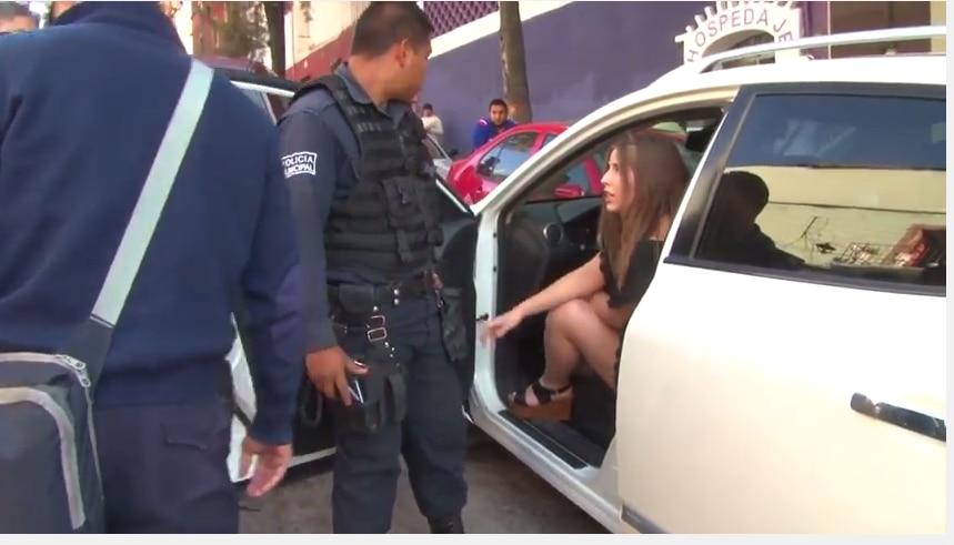 Detención de una joven en Guanajuato se vuelve viral tras intento de ella de sobornar con un billete de cien pesos./FOTO TOMADA DE YOUTUBE