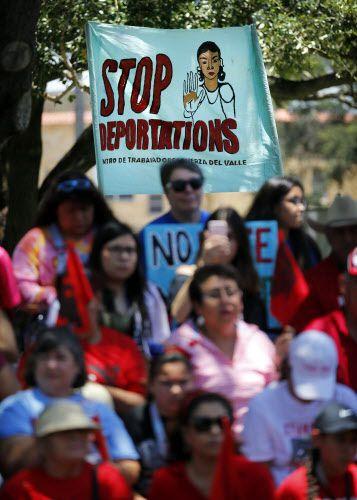 """""""Fin a las deportaciones"""", dice un cartel de los manifestantes que llegaron hasta McAllen. TOM FOX/DMN"""