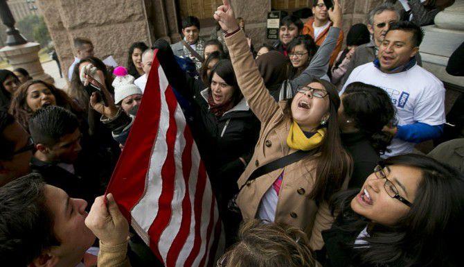 Grupos de manifestantes nuevamente acudieron al capitolio de Austin a protestar esfuerzos por derogar la Ley Noriega, que permite a estudiantes indocumentados pagar colegiatura de residentes en universidades públicas de Texas. (AP/ARCHIVO)