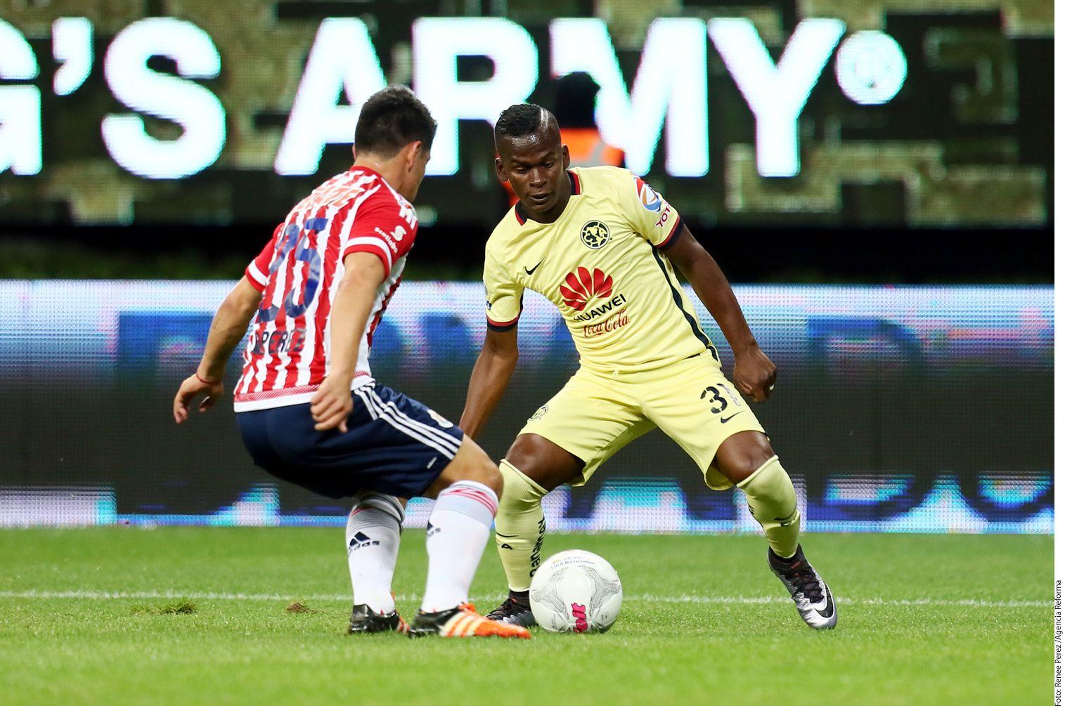 Omar Bravo, delantero de las Chivas, se quejó del americanista Darwin Quintero (der.), a quien denunció por encender un conato de bronca en la cancha con sus burlas.