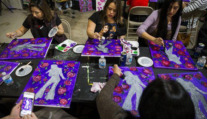 Mujeres pintan la silueta de Selena Quintanilla durante un taller de pintura enfocado en Selena, en el estudio de arte Candelaria & Co. en Dallas, el viernes, 8 de marzo. (Por Ashley Landis/DMN)