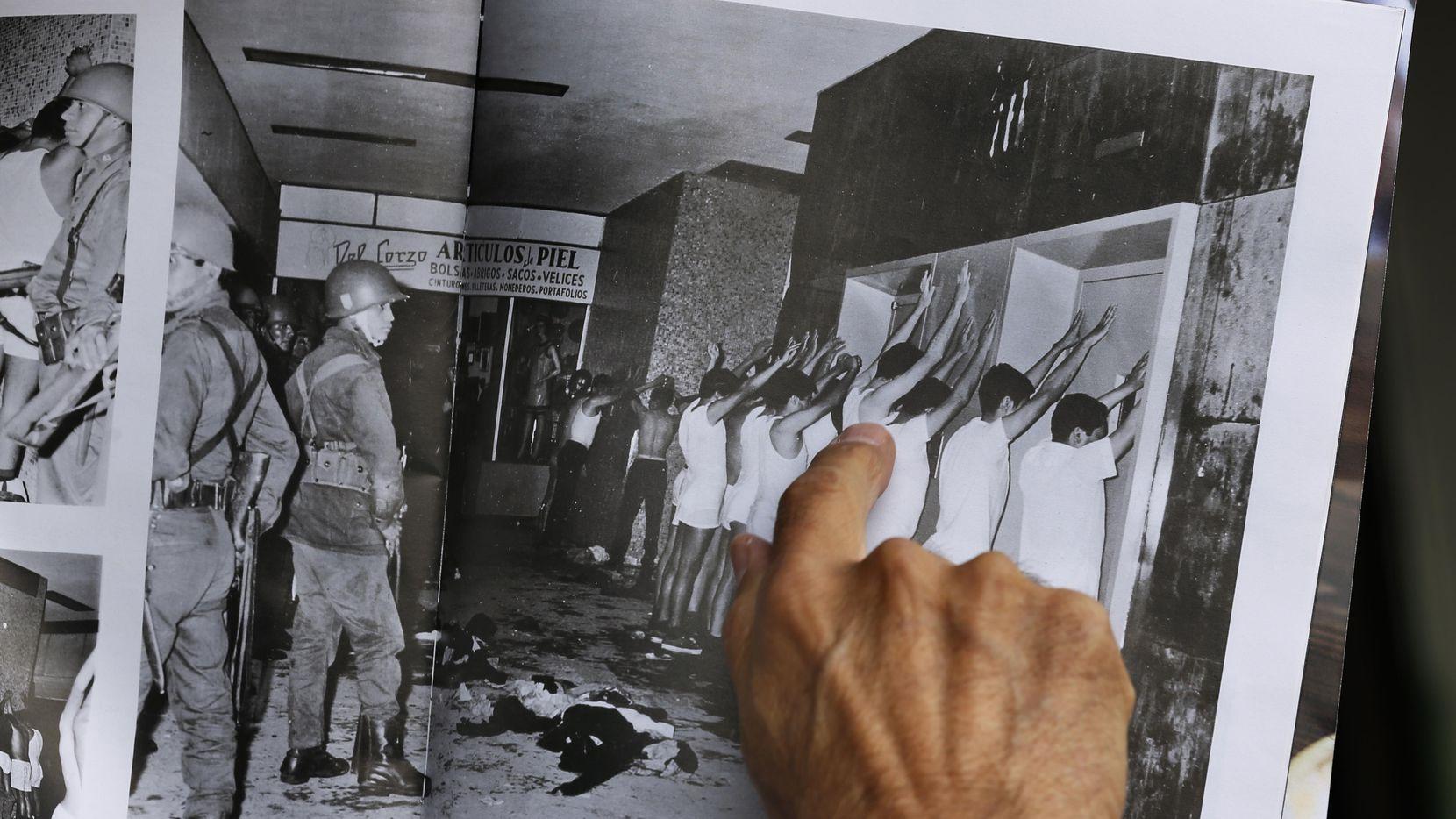 Enrique Espinoza señala una fotografía de 1968 en la cual él es detenido junto con otros estudiantes en la llamada matanza de Tlatelolco, en la Ciudad de México.(AP)