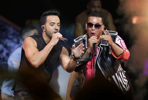 Luis Fonsi, y Daddy Yankee cantan en la ceremonia de los Premios Billboard de la Música Latina en Coral Gables, Florida. (AP Foto/Lynne Sladky, Archivo)