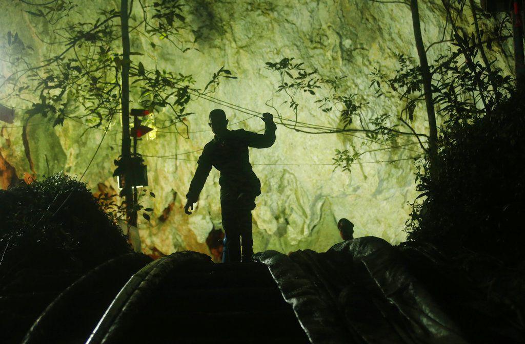 Un rescatista entra en al complejo de cuevas donde desaparecieron 12 niños y su entrenador de fútbol, en Mae Sai, en la provincia de Chiang Rai, en el norte de Tailandia, el 2 de julio de 2018. (AP Foto/Sakchai Lalit)