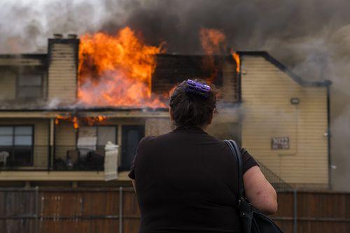Jeannie Perez perdió sus pertenencias en el incendio en el edificio en Northwest Dallas. Allí también estaban sus dos gatos. SMILEY N. POOL/DMN