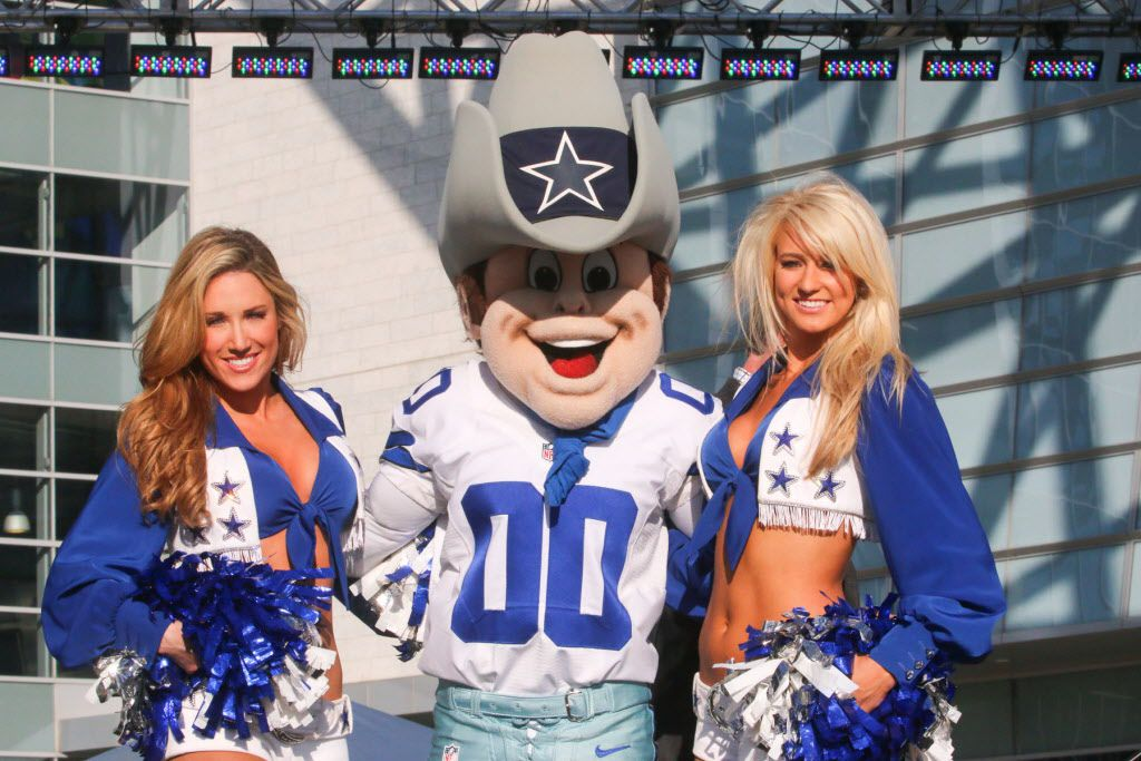 Dallas Cowboys Cheerleaders Kelsey Lauren and Caila posed with Rowdy  at the Taste of the NFL.