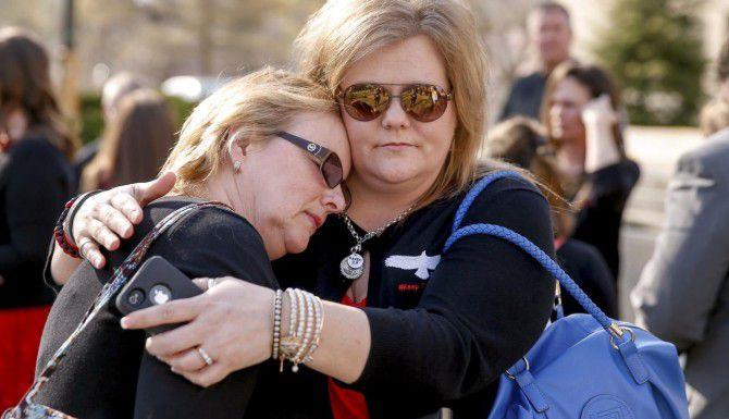 Familias y amigos de los guardias sentenciados por la muerte de 14 iraquíes se abrazan afuera de una corte federal en Washington. (AP/ANDREW HARNIK)