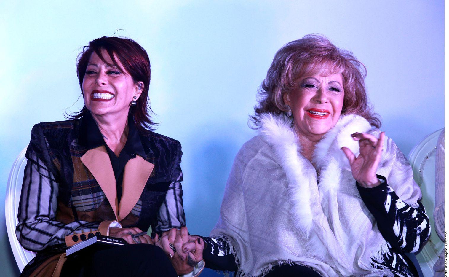 """Durante la presentación de la autobiografía 'Esta Soy Yo', de Silvia Pinal (der.), la rockera Alejandra Guzmán (izq.) recordó que la canción """"Bye, Mamá"""", incluida en su primer disco, homónimo, fue una forma de encontrarse./ AGENCIA REFORMA"""