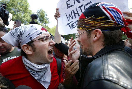 Un contramanifestante (izq), confronta a un simpatizante de Donald Trump en una manifestación por activistas conservadores en Boston Common, en Boston. Foto AP