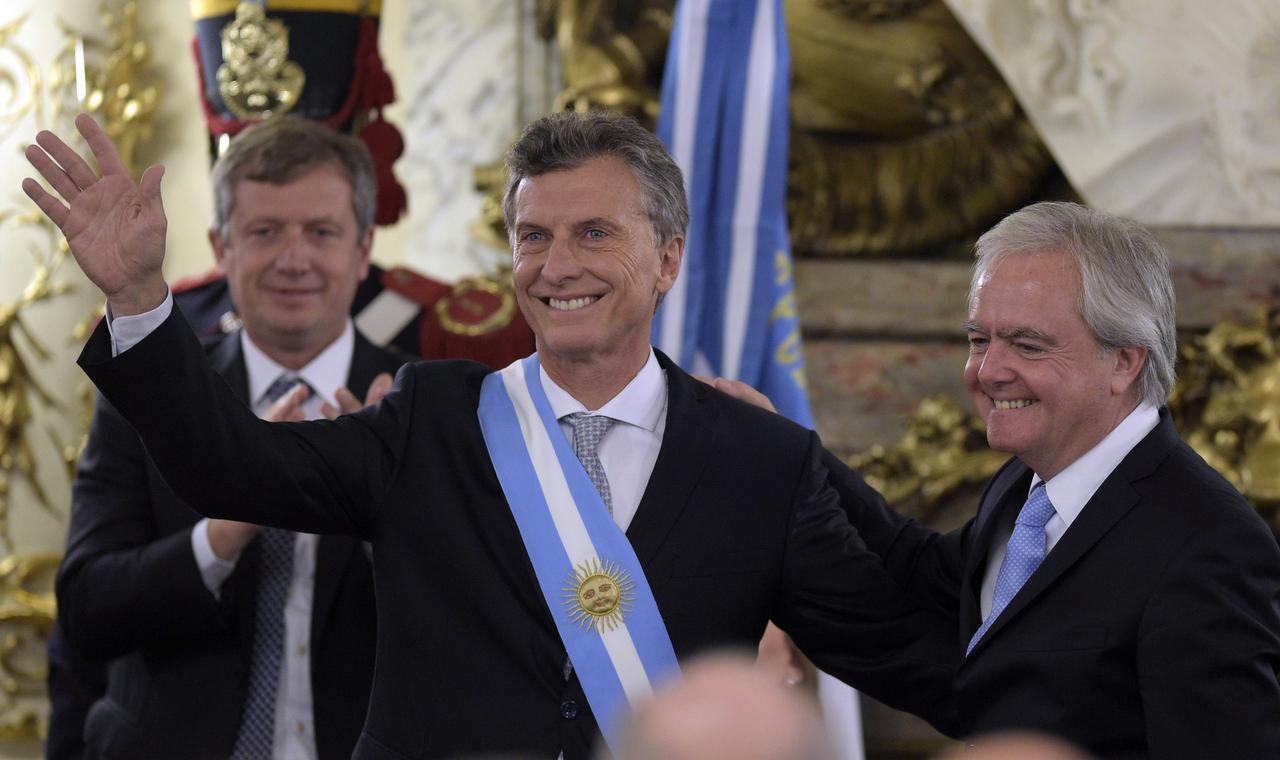 Mauricio Macri momentos después de asumir la presidencia de Argentina. (AFP/GETTY IMAGES/JUAN MABROMATA)