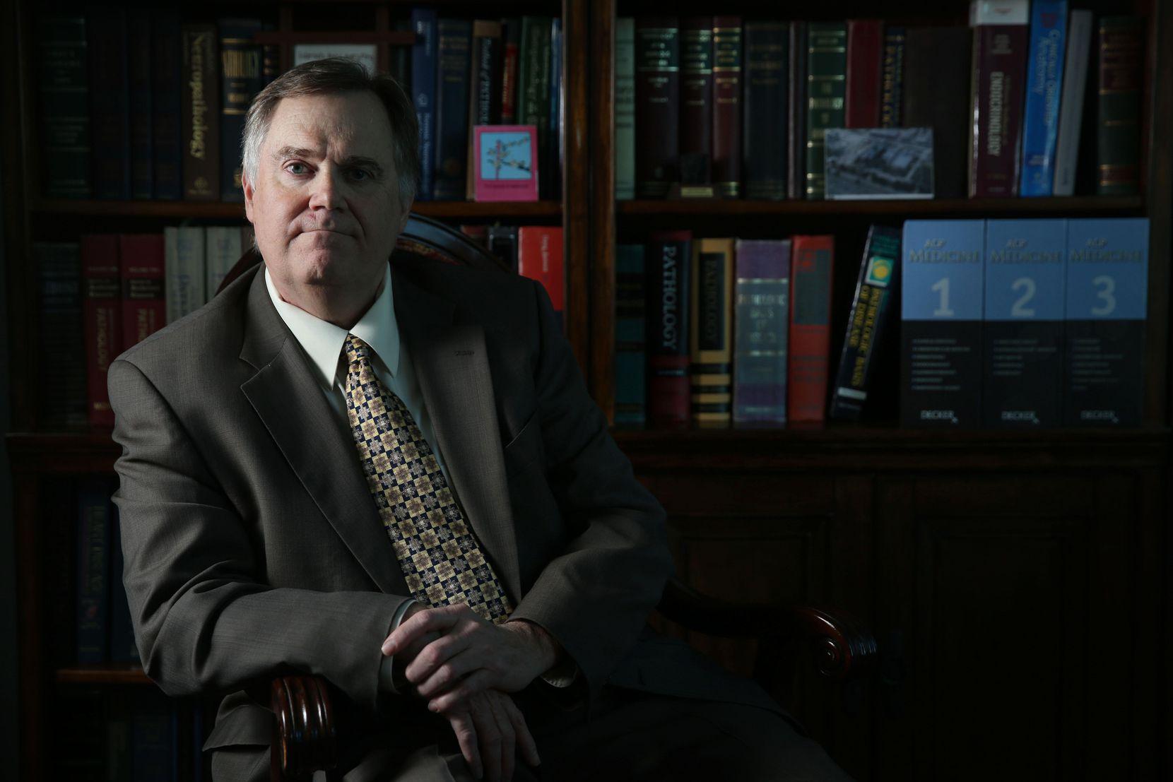 El doctor Jeffrey Barnard, el jefe forense del condado de Dallas. DMN