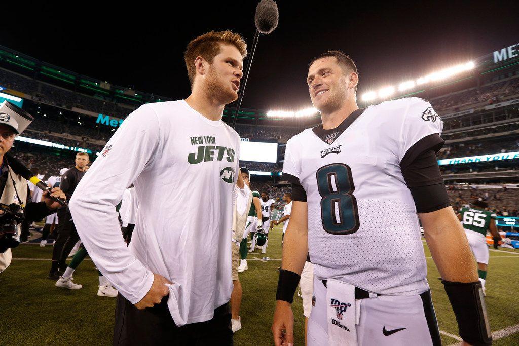 Sam Darnold (izq), el quarterback de los Jets, recibe alta médica para jugar ante los Cowboys el fin de semana tras recuperarse de mononucleosis