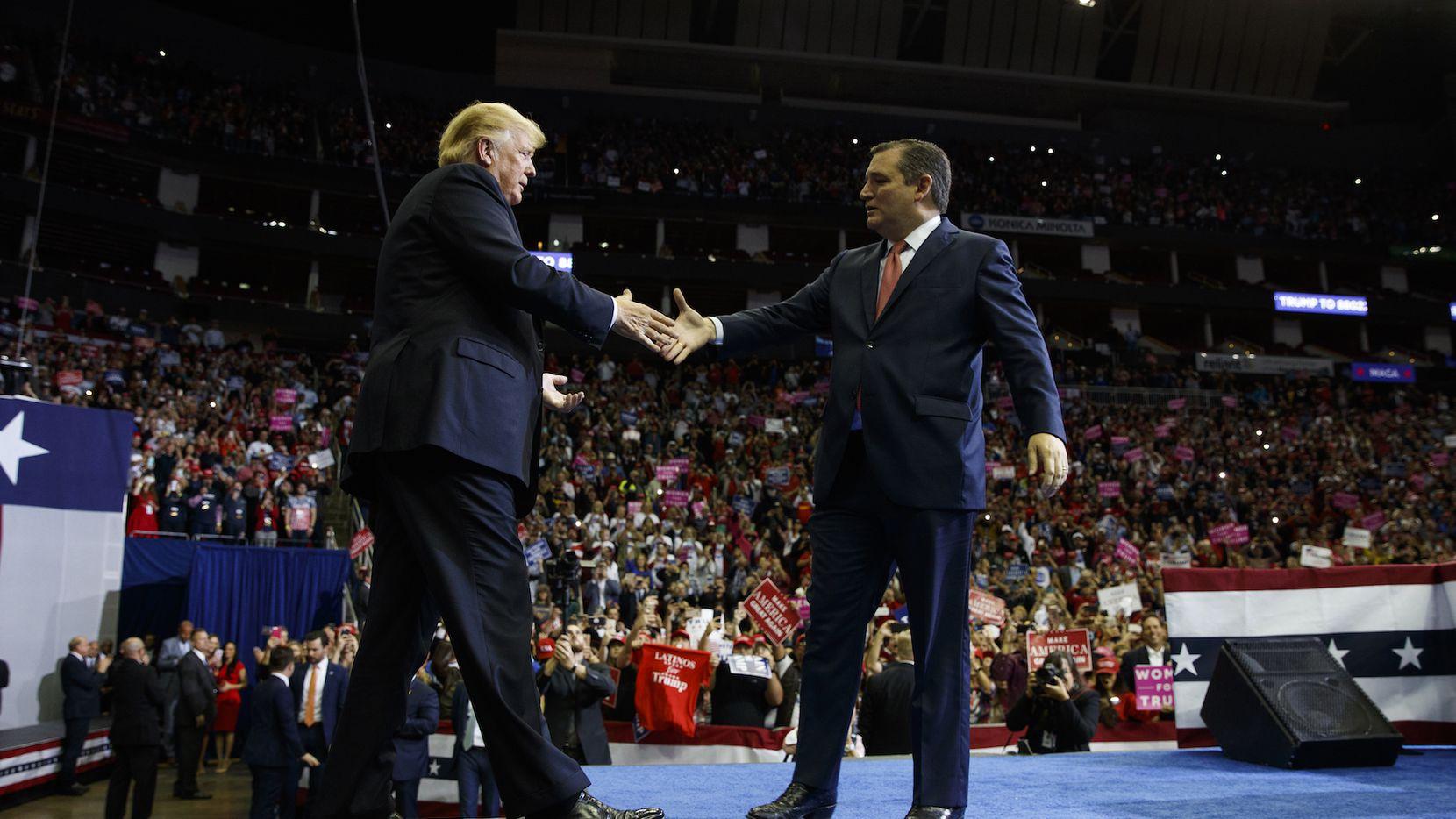 El presidente DOnald Trump es bienvenido a Houston por el senador Ted Cruz, el lunes.