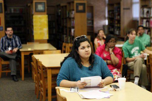 Ana Cedillo, madre de familia, participa en un taller para el examen STAAR organizado por el DISD.
