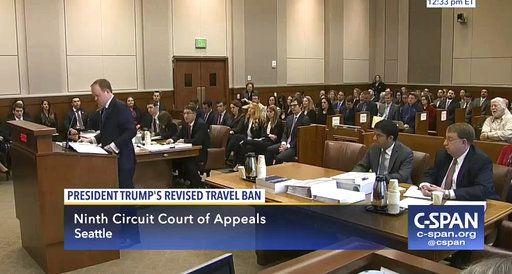 En esta imagen tomada de un video de C-Spani, el solicitante general Jeffrey Wall (izq), presena sus argumentos en el Tribunal Noveno de Apelaciones en Seattle, Washington. Foto de CSPAN mediante AP.