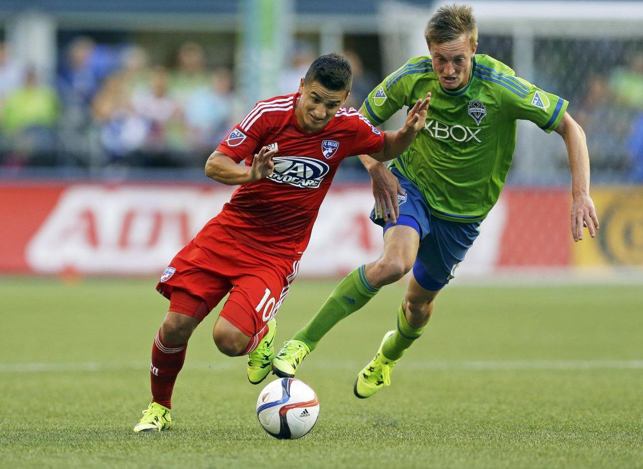 Mauro Díaz (izq.) y el FC Dallas se enfrentarán al Seattle en semis del Oeste. (AP/TED S. WARREN)