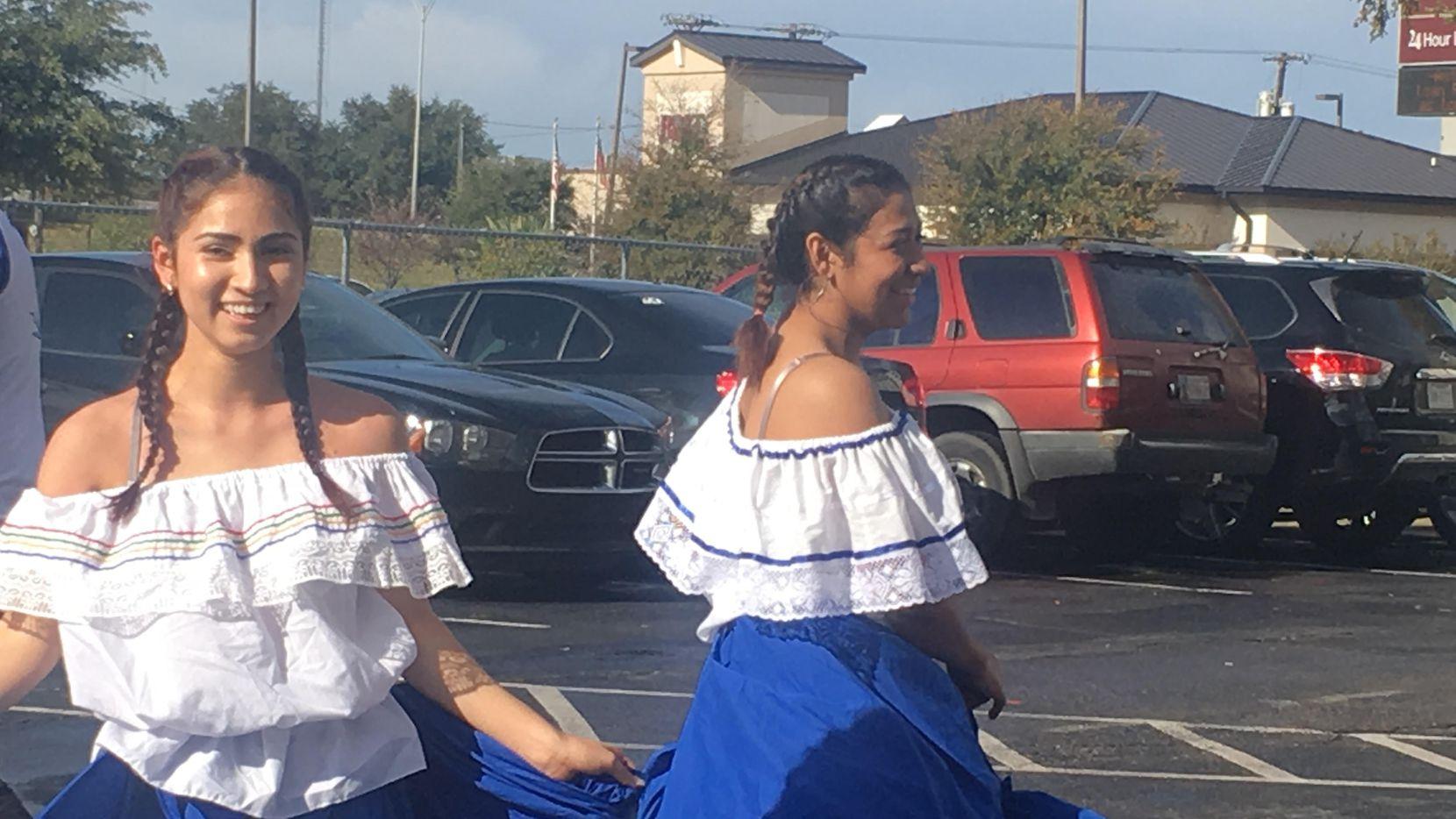 Ana González y Vanessa Fernández, integrantes de la banda Cuscatleca celebrando el Día del Salvadoreño en el Exterior en Dallas. (KARINA RAMÍREZ/AL DÍA)