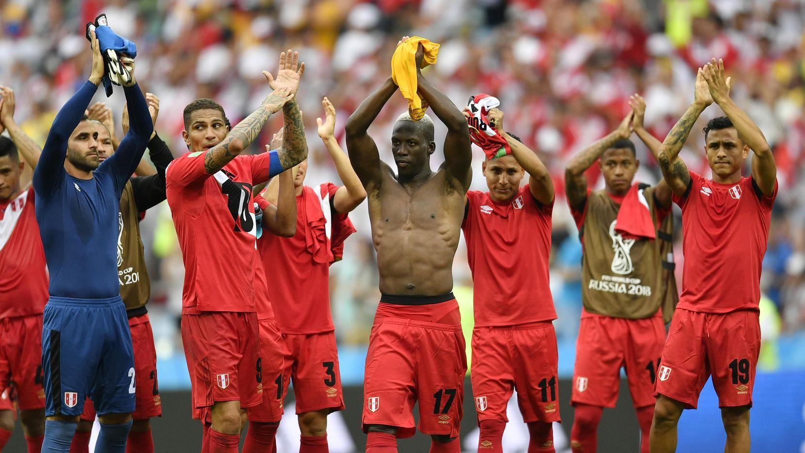 Jugadores de la selección peruana aplauden a los miles de aficionados de su país que viajaron para apoyarlos durante el Mundial. (AP/Martin Meissner)