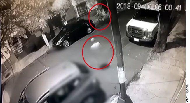 En un video se observa cómo una menor de edad camina con una mochila en sus hombros sobre calle Juárez esquina con Bocanegra y Venecia en la Delegación Azcapotzalco, cuando el acosador baja de un automóvil, completamente desnudo./ AGENCIA REFORMA