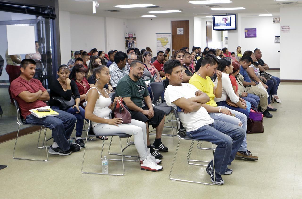 Unos mexicanos esperan en el Consulado General de México en Miami, el viernes, 3 de marzo de 2017. (AP/ALAN DÍAZ)