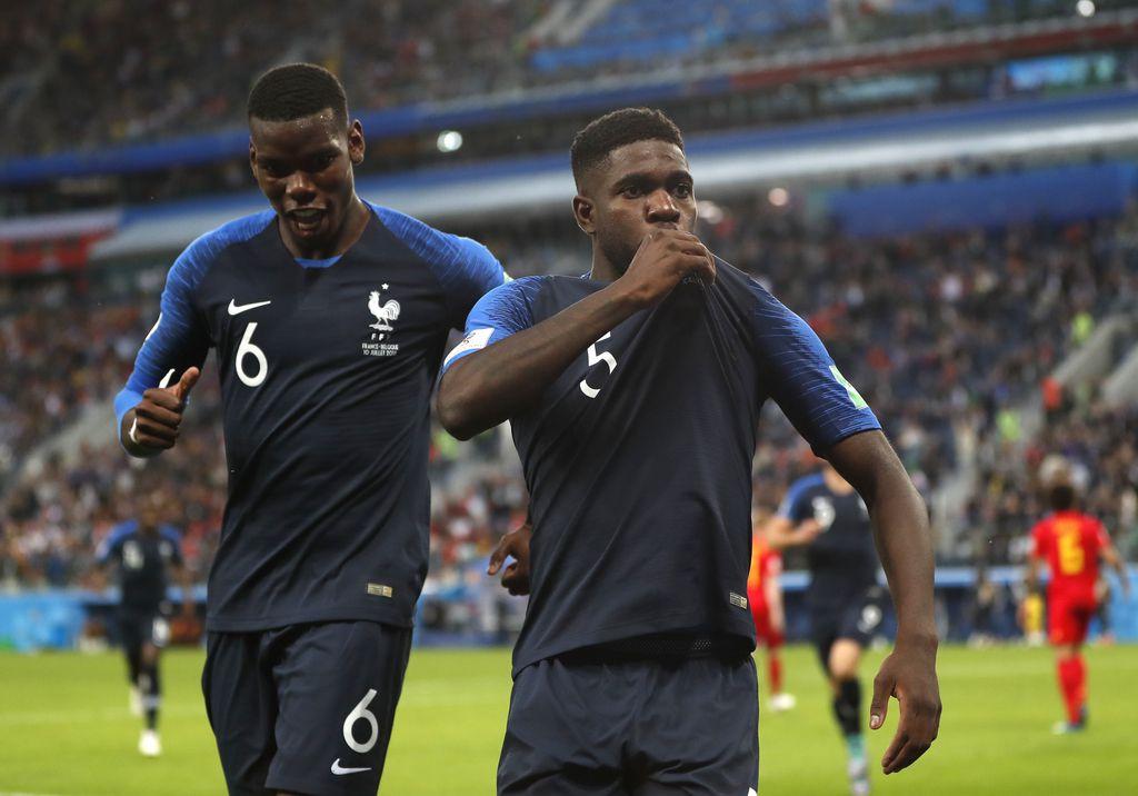Samuel Umtiti (der.) celebra su gol para Francia. Foto AP