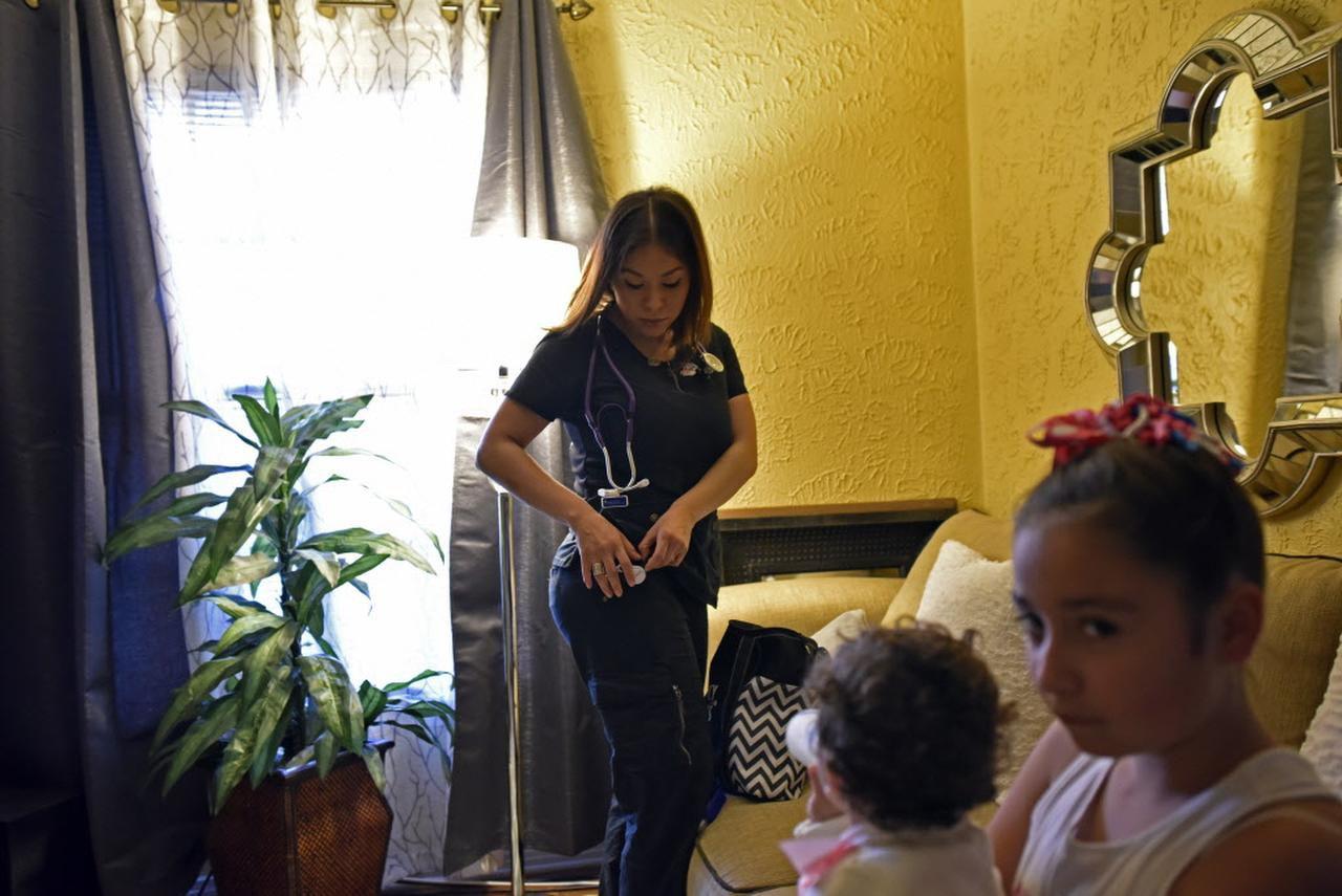 La enfermera Mar Santiago se prepara para su turno de la noche, mientras sus hijos Natalia y Bella, la esperan. Los niños se quedarán con su abuela. BEN TORRES/AL DIA